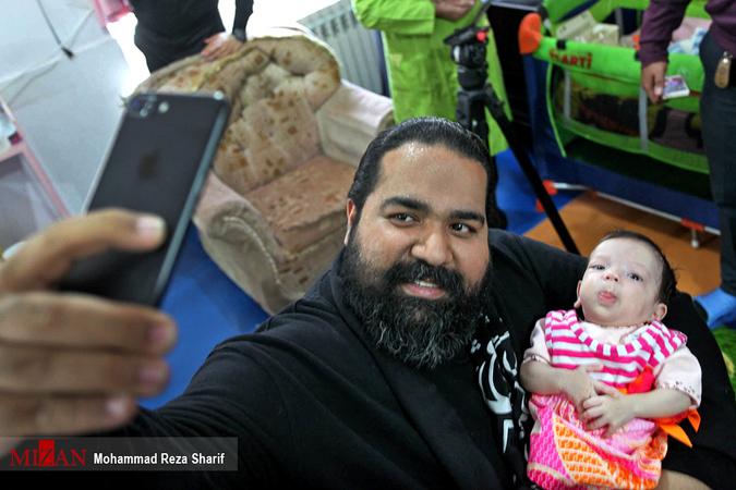 رضا صادقی در کنار فرزند خواندهاش