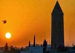 بنای یادبود ابوعلی سینا در همدان از برج قابوس اقتباس شده است