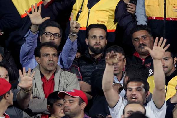 عکس/ علی کریمی لباس متناسب با کاروان ایران در المپیک را معرفی کرد