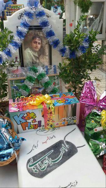 جشن تولد فرزند شهید مدافع حرم در جوار مزار پدر +تصاویر